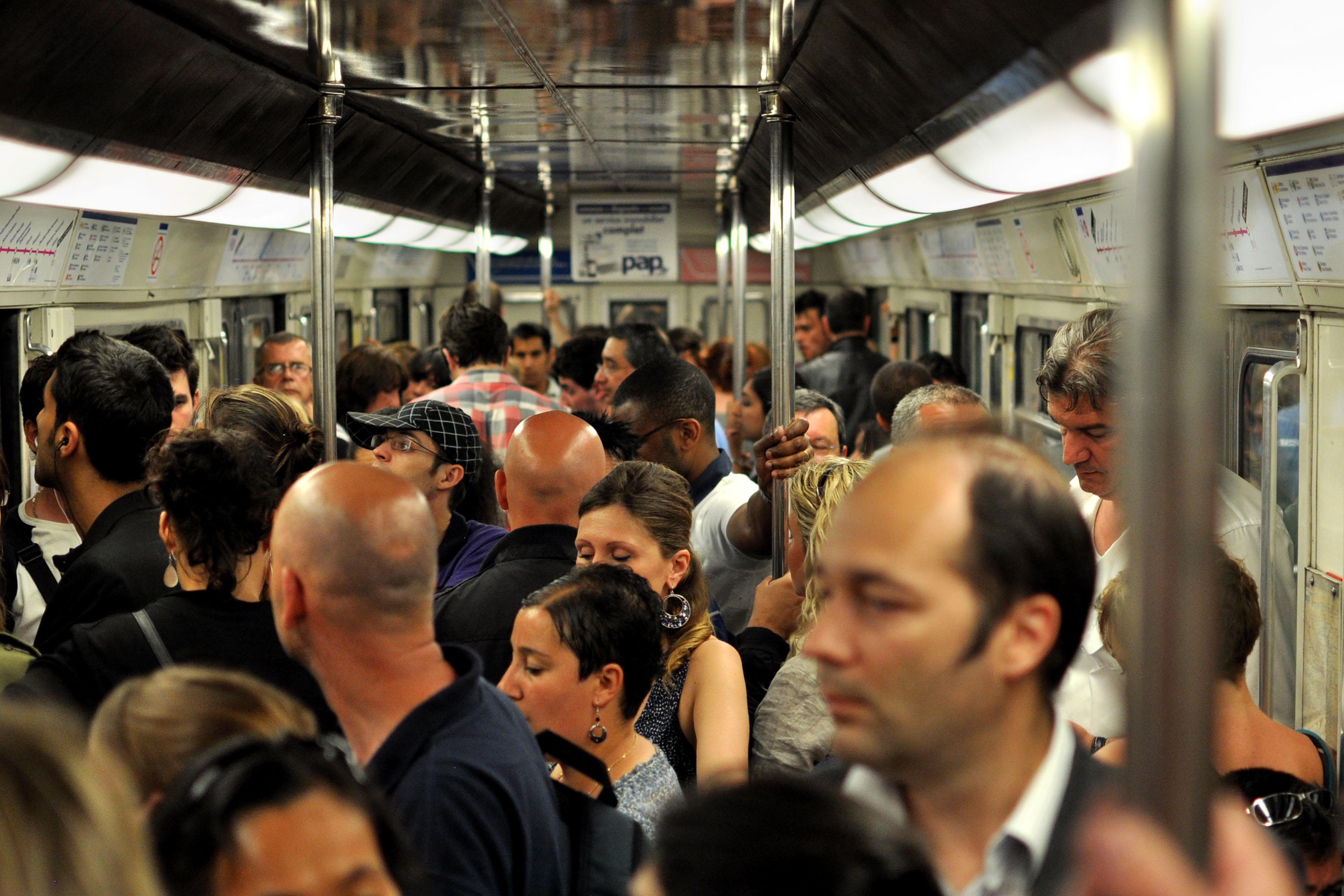 экстендеры фото в вагоне метро в час пик знак служил