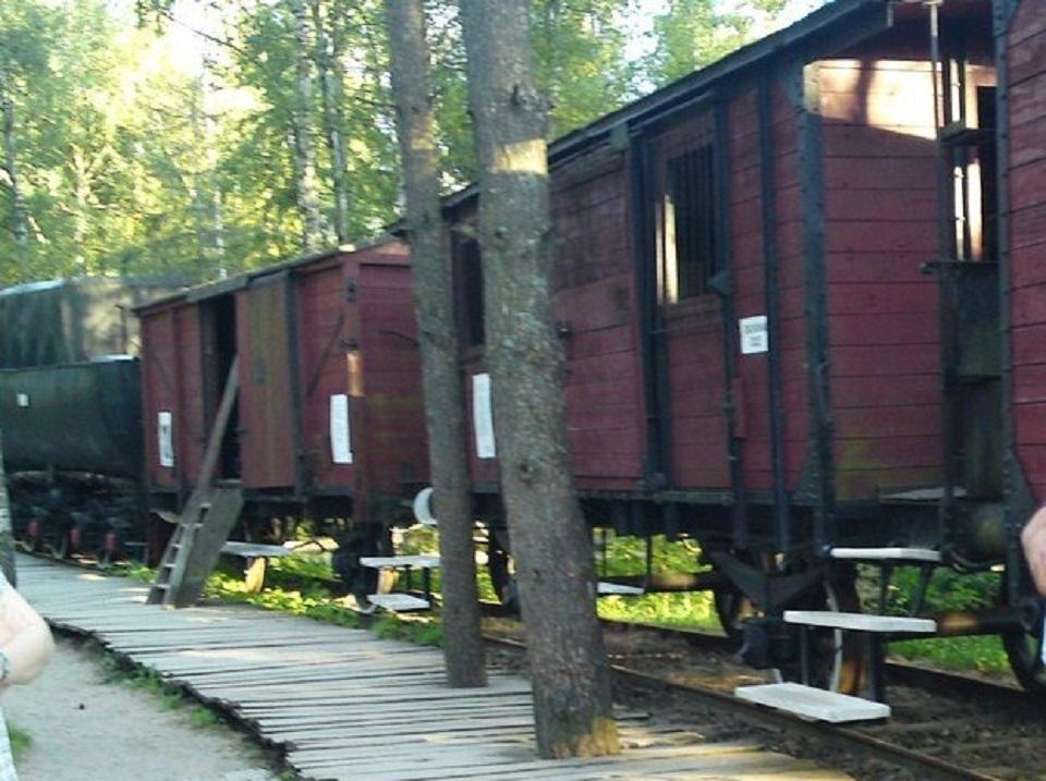 Model rampy załadowczej z oryginalnym parowozem i doczepionymi wagonami typowego składu zsyłkowego na Syberię - ekspozycja w Szymbarku