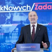 Macierewicz chce kupić rakiety ulotkowe
