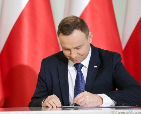 """premierów Andrzej Duda podpisał ustawę będącą fundamentem programu """"Mieszkanie Plus"""". o ZUS"""