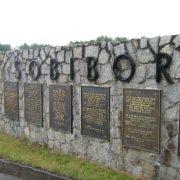 Tablice przy wejściu do obozu koncentracyjnego w Sobiborze