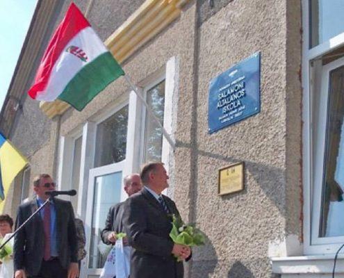 Osoby podające się za SBU zdjęły z węgierskiej szkoły na Zakarpaciu symbole narodowe