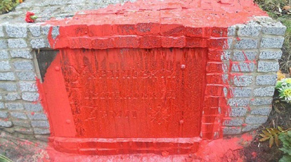 Pomnik UPA w Charkowie oblany czerwoną farbą [+FOTO]