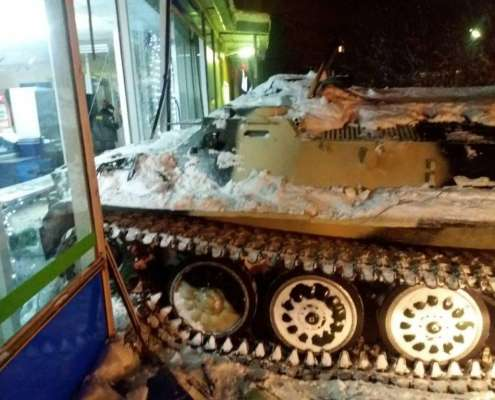 Rosja: Mężczyzna wjechał opancerzonym transporterem gąsienicowym w sklep, aby ukraść wino [+VIDEO]