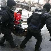 Kijów: postrzelono policjanta podczas zamieszek przed sądem