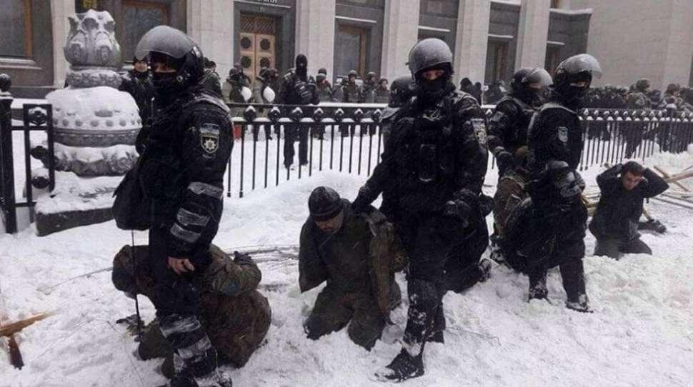 Ukraina: Zamieszki pod parlamentem. Policja znalazła granaty i koktajle Mołotowa [+FOTO]