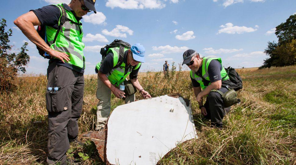 zestrzeleniu Śledczy na miejscu zestrzelenia samolotu Malaysia Airlines, foto: wikimedia.org