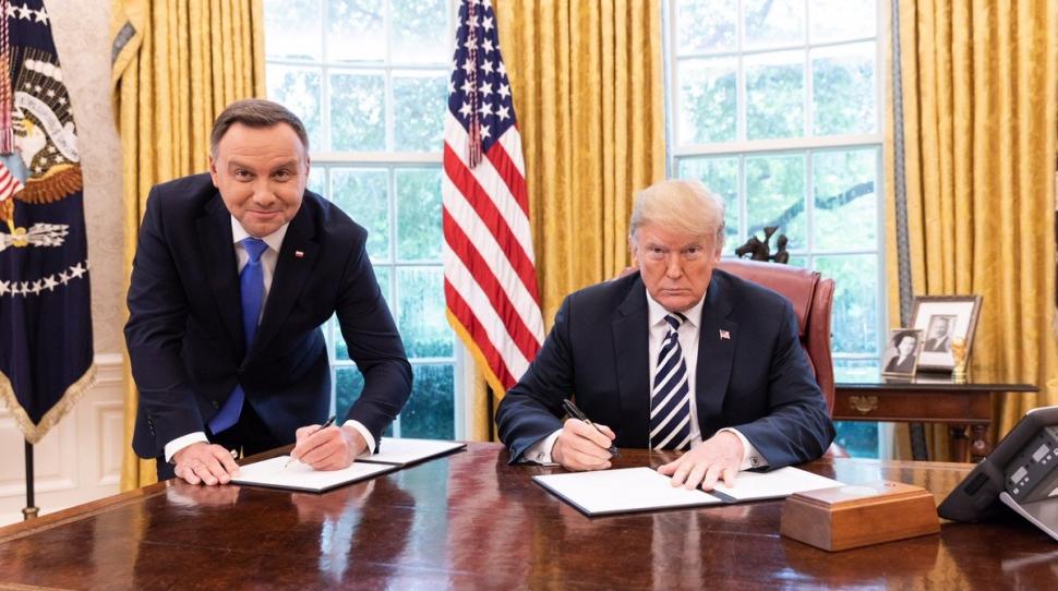 https://kresy.pl/wp-content/uploads/2018/09/andrzej-duda-podpisuje-deklaracja-stojac-przy-biurku-donalda-trumpa-fot-twitter-com-realdonaldtrump-970x542.jpg